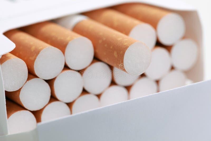 Cigarrillos en un paquete imagenes de archivo