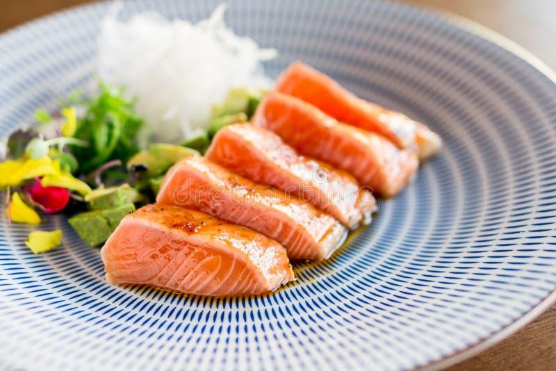 Primer de color salmón de la cena del tataki fotografía de archivo libre de regalías