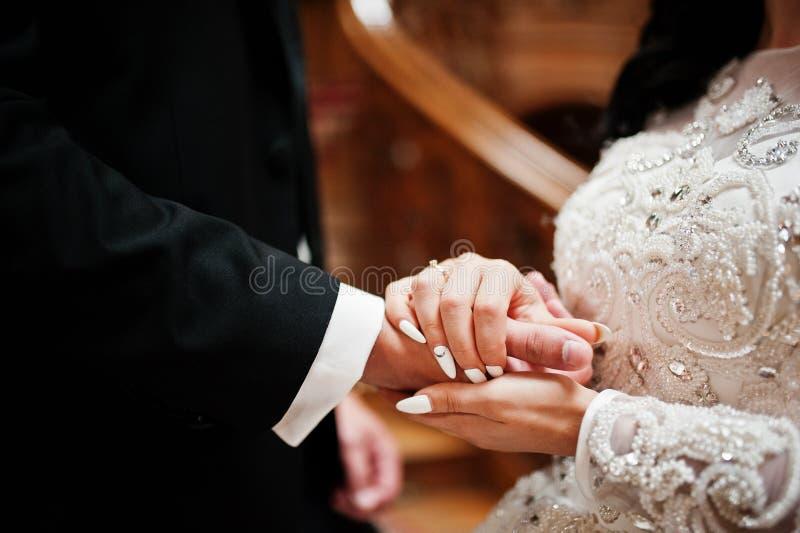Primer de común acuerdo de los pares de la boda interiores imágenes de archivo libres de regalías