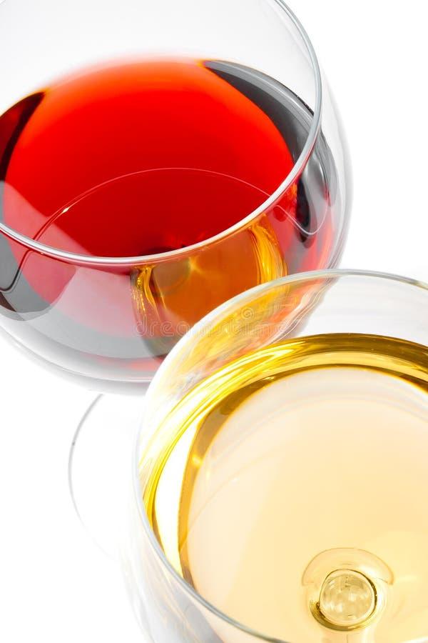 Primer de copas de vino rojas y blancas imágenes de archivo libres de regalías