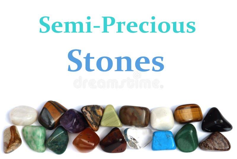 Primer de diversas piedras coloridas sobre el fondo blanco foto de archivo libre de regalías