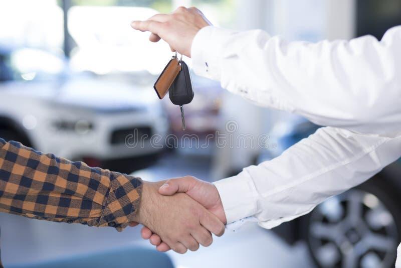 Primer de dos hombres que sacuden las manos después de hacer un trato Vendedor ho foto de archivo