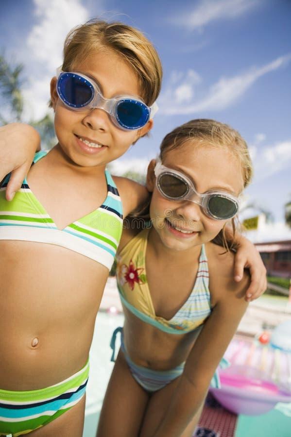 Primer de dos muchachas que llevan gafas de la nadada foto de archivo