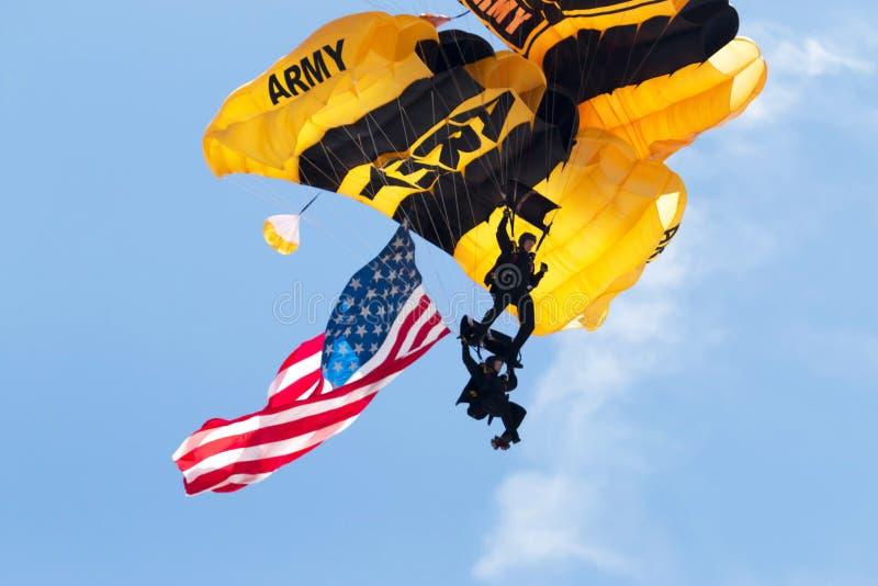 Primer de dos paracaidistas del Ejército de los EE. UU. con la bandera americana fotos de archivo
