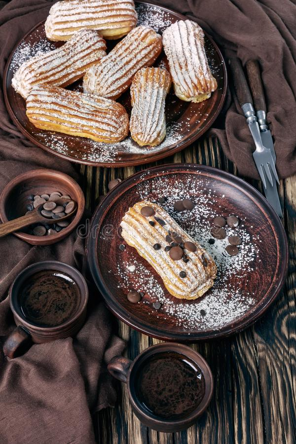 Primer de Eclairs hechos en casa deliciosos en una placa imagenes de archivo