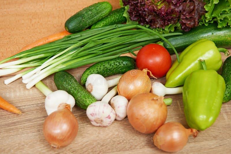 Primer de frutas y verduras frescas en la tabla de madera, el concepto sano de la comida, el objeto abstracto y el fondo imagen de archivo