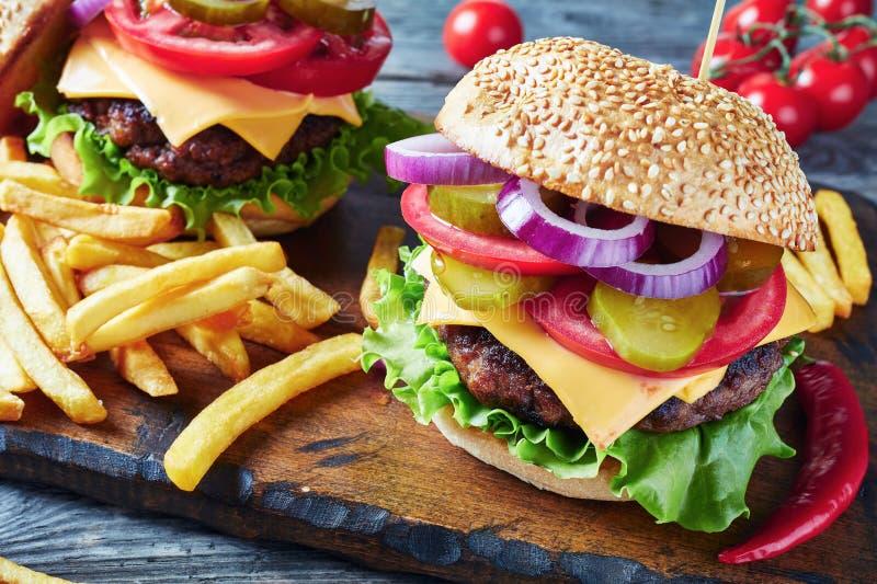 Primer de hamburguesas con el queso, visión superior foto de archivo libre de regalías