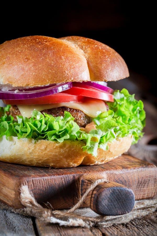 Primer de la bebida fría con la hamburguesa hecha en casa imagen de archivo libre de regalías