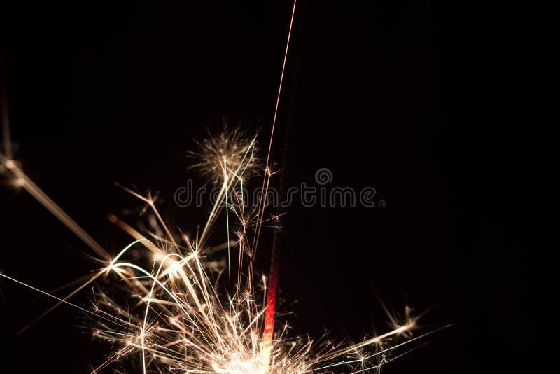 Primer de la bengala ardiendo en la noche imagen de archivo