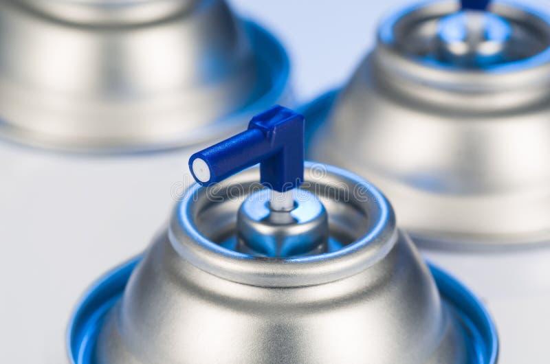 Primer de la boca de las latas de espray de aerosol Fotografía del estudio del producto del ambientador de aire foto de archivo