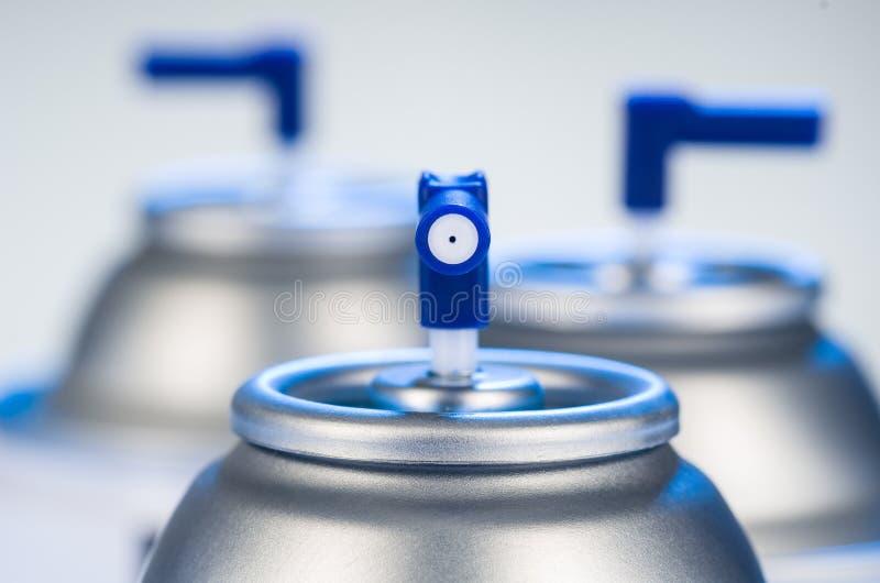 Primer de la boca de las latas de espray de aerosol Fotografía del estudio del producto del ambientador de aire fotos de archivo libres de regalías