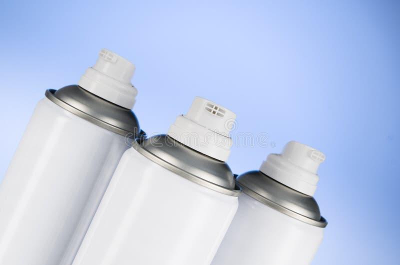 Primer de la boca de las latas de espray de aerosol Fotografía del estudio del producto del ambientador de aire imagenes de archivo