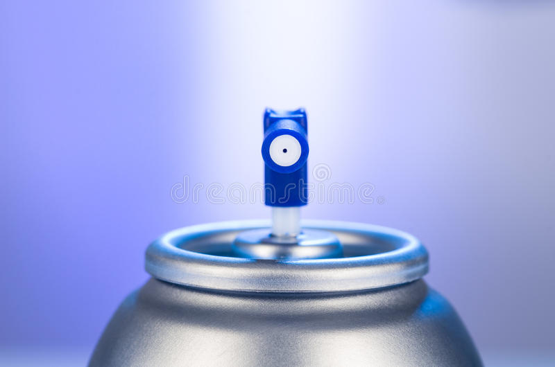 Primer de la boca de las latas de espray de aerosol Fotografía del estudio del producto del ambientador de aire foto de archivo libre de regalías