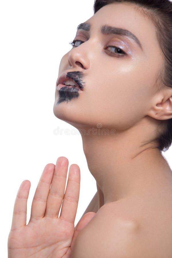 Primer de la cara de la mujer de la belleza aislado en fondo negro Maquillaje modelo hermoso de la muchacha Señora morena atracti fotos de archivo