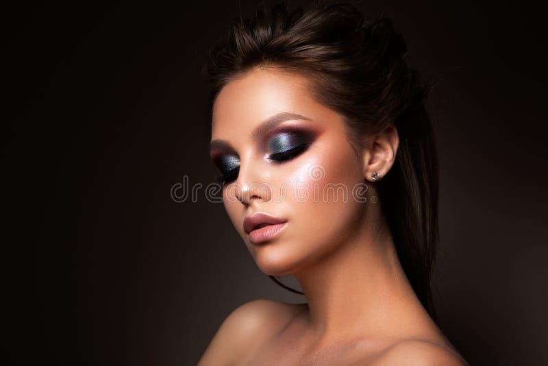 Primer de la cara femenina hermosa con maquillaje colorido foto de archivo libre de regalías