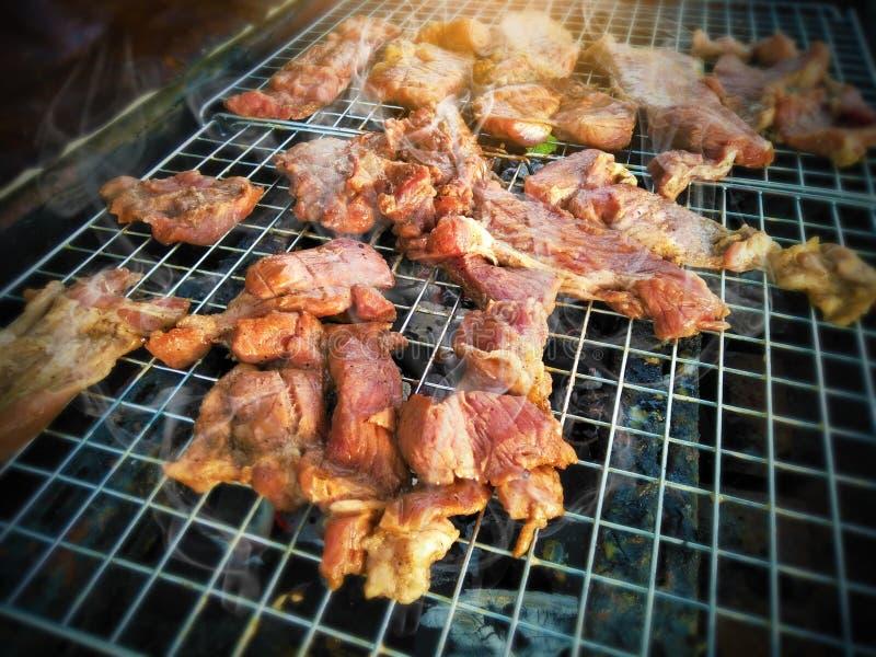 Primer de la carne asado a la parrilla en la estufa, partido de la celebración en familia foto de archivo