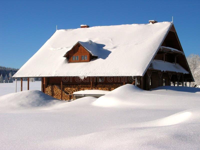 Primer de la casa nevada en las montañas foto de archivo