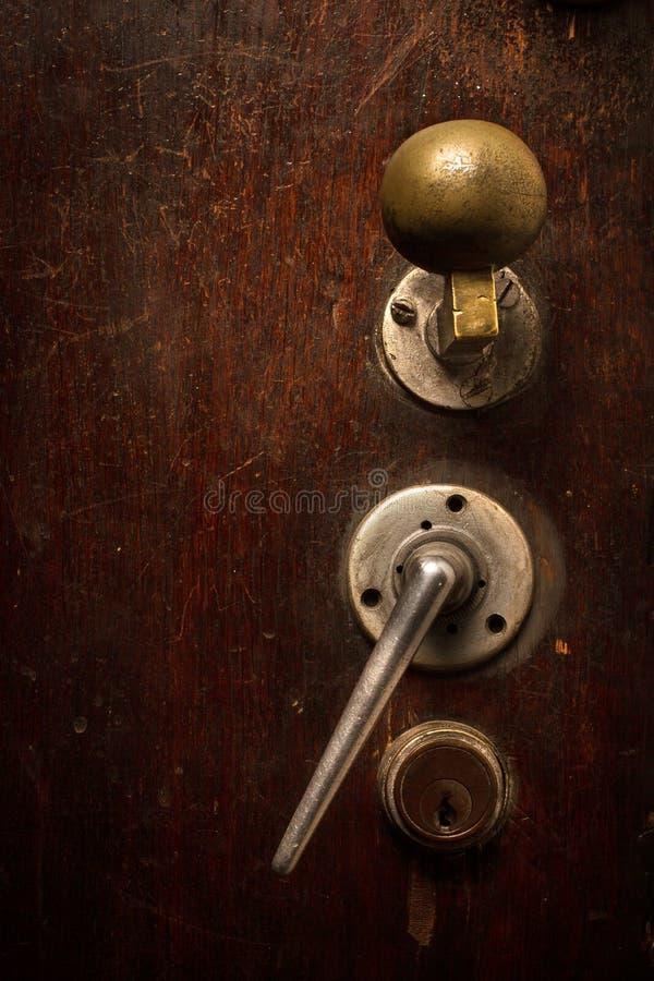Primer de la cerradura y del botón de madera marrones de puerta foto de archivo libre de regalías