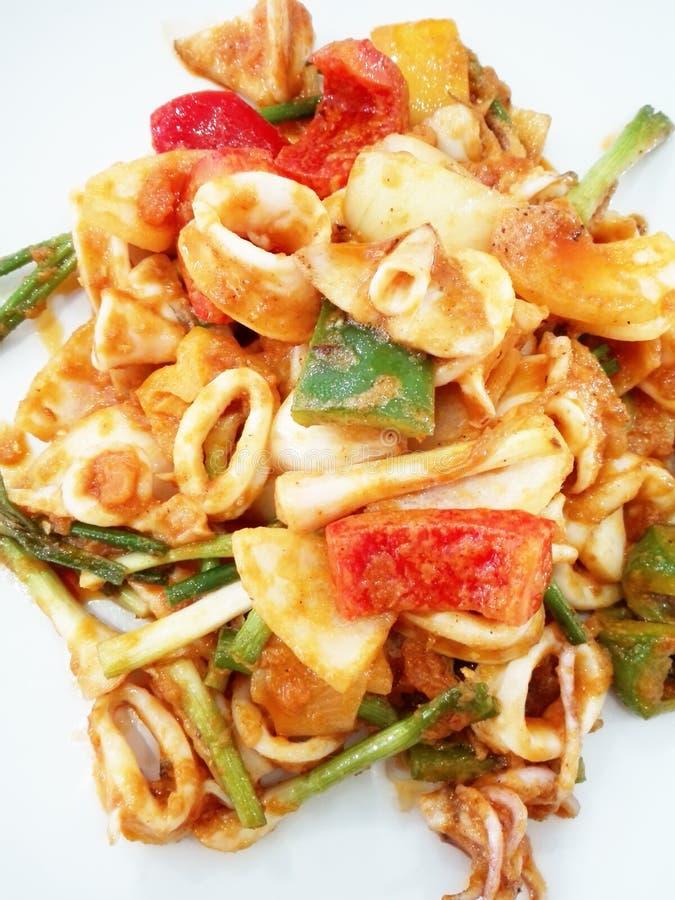 Primer de la comida tailandesa: Calamar sofrito con Duck Eggs salado fotos de archivo