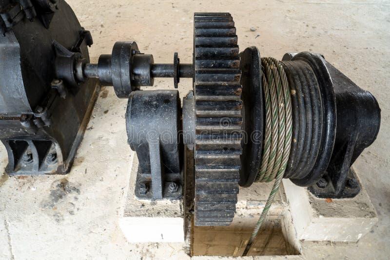 Primer de la compuerta que controla de la rueda dentada grande negra del metal en la presa del r?o foto de archivo libre de regalías