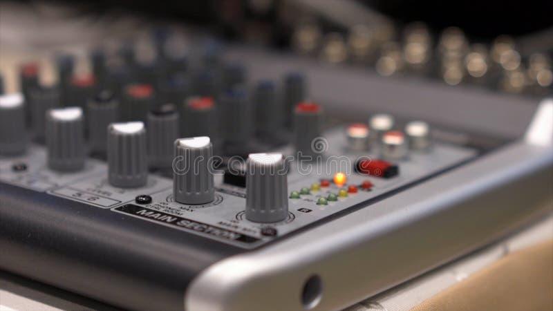 Primer de la consola de mezcla existencias Cierre encima de los botones del multicolor de la consola del mezclador de sonidos, pr imagenes de archivo