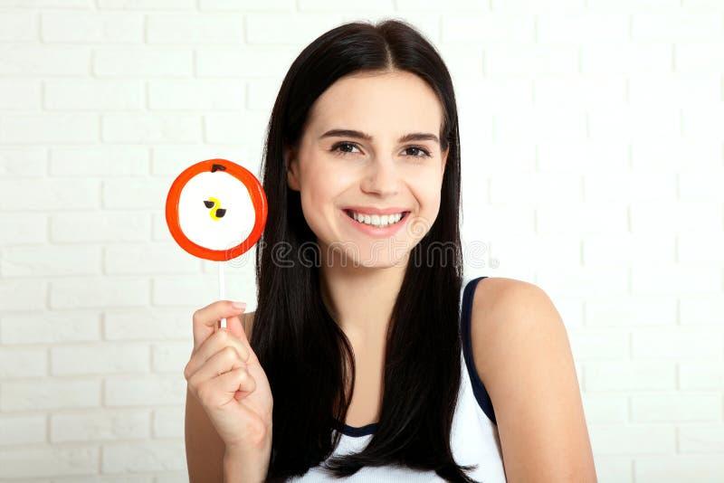 Primer de la consumición de la mujer Mujeres felices sonrientes con el caramelo foto de archivo libre de regalías