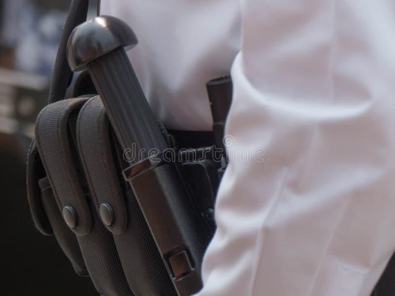 Primer de la correa de las armas del oficial de policía fotos de archivo