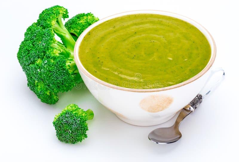 Primer de la crema deliciosa del bróculi en un cuenco foreground Incluye el bróculi fresco fotografía de archivo libre de regalías