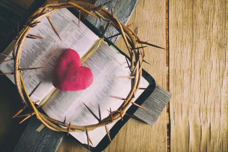 Primer de la cruz cristiana de madera simple imagen de archivo