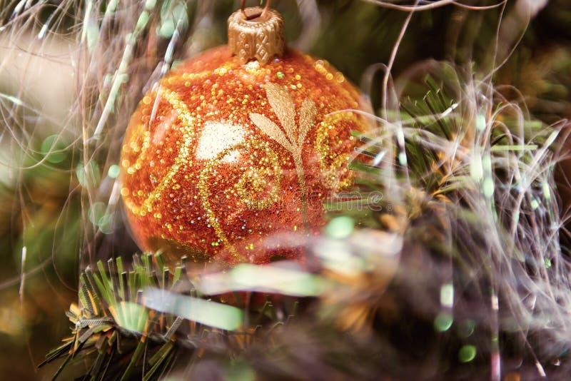 Primer de la decoración del árbol de navidad imagenes de archivo