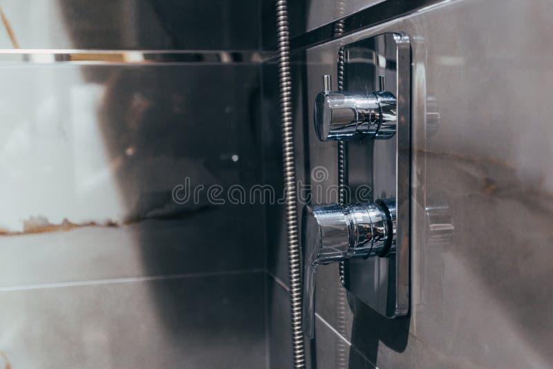 Primer de la ducha y grifo en el cuarto de baño fotos de archivo libres de regalías