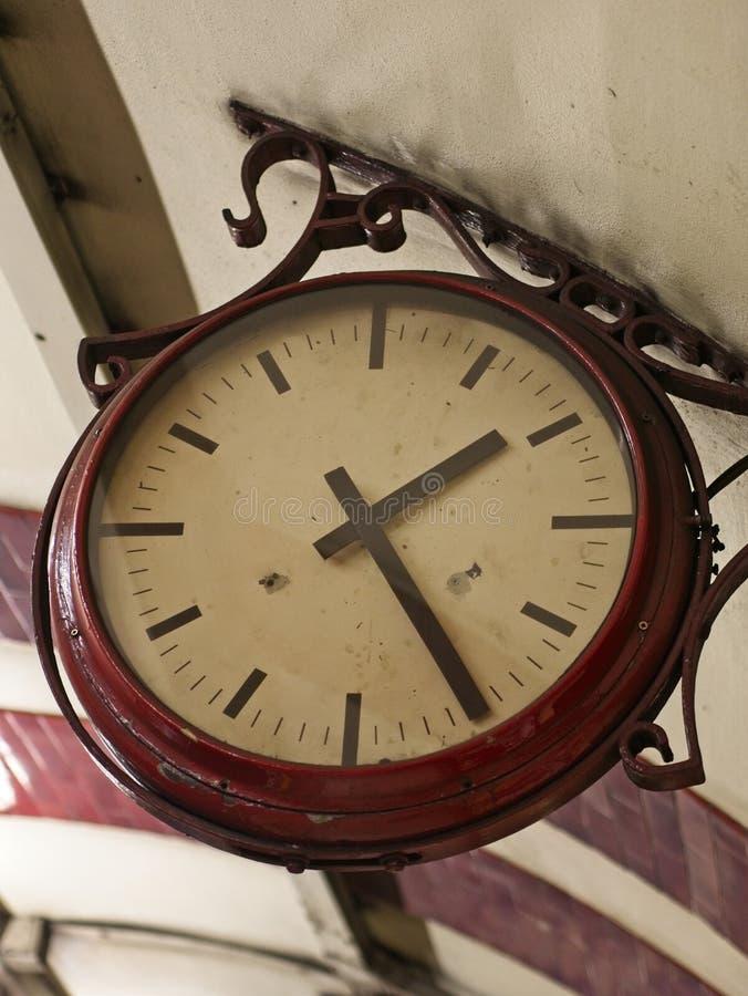 Primer de la ejecución retra del reloj del techo foto de archivo libre de regalías