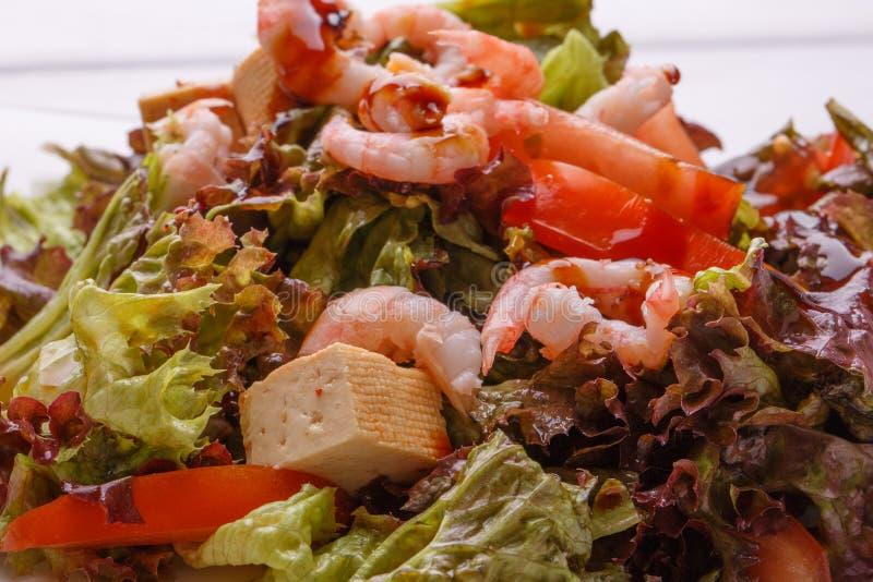 Primer de la ensalada de los mariscos con los camarones, la hoja de la ensalada, los cuscurrones, la pimienta búlgara y el queso fotografía de archivo libre de regalías