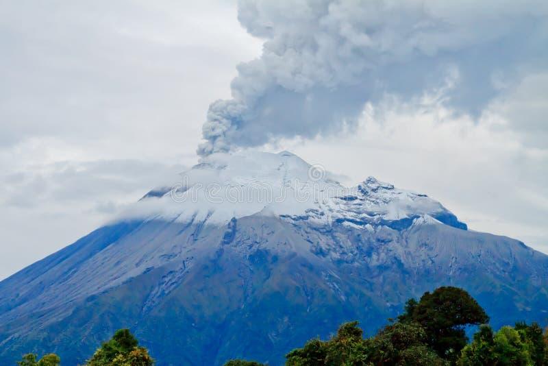 Primer de la erupción del volcán de Tungurahua foto de archivo