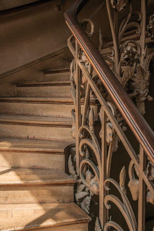 Primer De La Escalera De Madera En La Barandilla Del Hierro De La