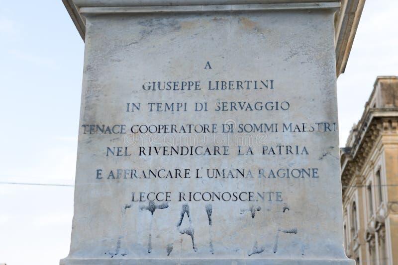 Primer de la escritura en un monumento con la estatua de Giuseppe Libertini, Lecce, Italia fotografía de archivo libre de regalías