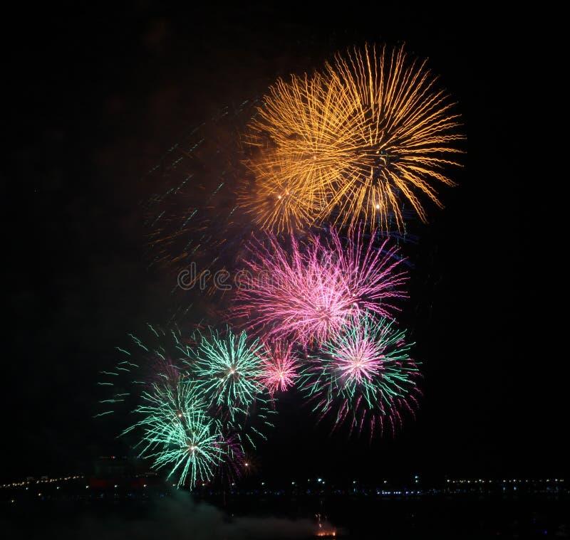 Primer de la exhibición amarilla, rosada y verde de los fuegos artificiales imágenes de archivo libres de regalías