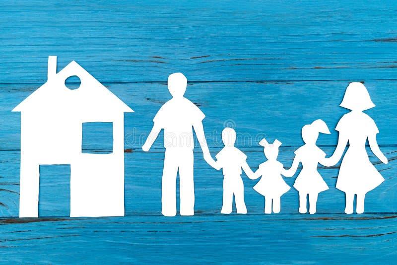 Primer de la familia de papel feliz en fondo azul imagenes de archivo
