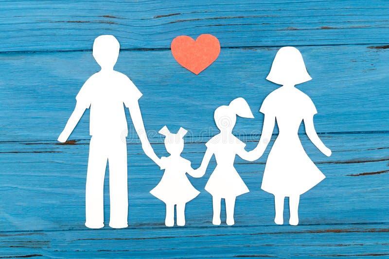 Primer de la familia de papel feliz en fondo azul fotografía de archivo