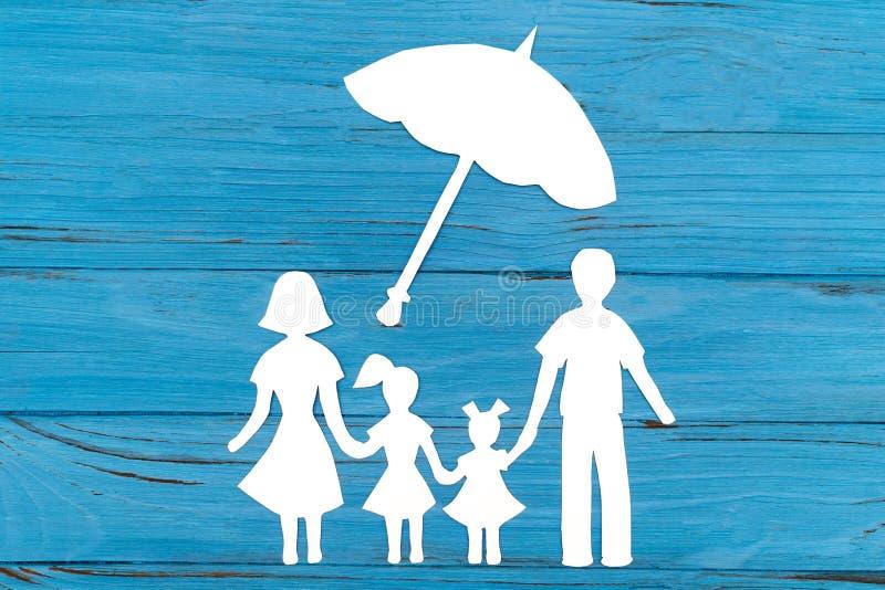 Primer de la familia de papel feliz en fondo azul fotografía de archivo libre de regalías