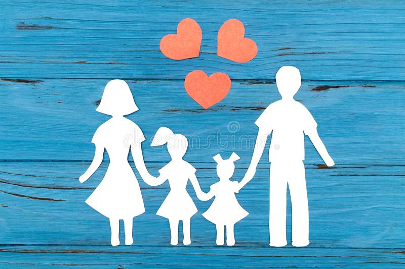 Primer de la familia de papel feliz en fondo azul imagen de archivo