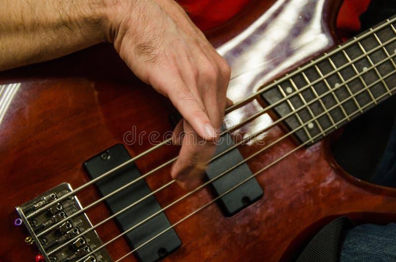 Primer de la foto del guitarrista bajo eléctrico foto de archivo