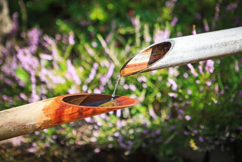 Primer de la fuente de agua de bambú tradicional imagen de archivo libre de regalías