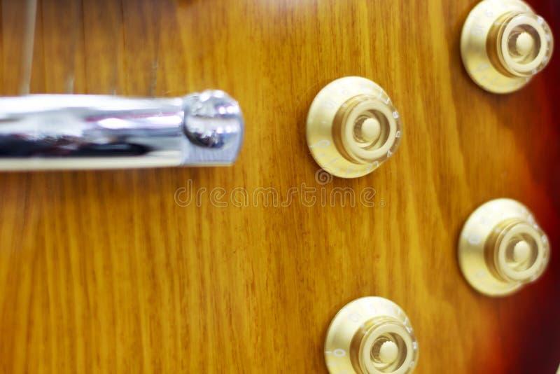 Primer de la guitarra, potenciómetros, controles de volumen en la guitarra imagen de archivo