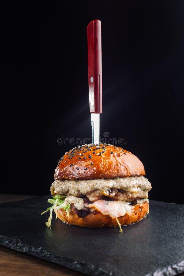 Primer de la hamburguesa hecha casera fresca deliciosa con las setas foto de archivo
