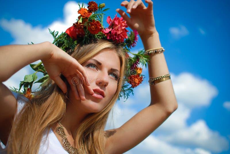 Primer de la hembra joven hermosa con la flor fotos de archivo