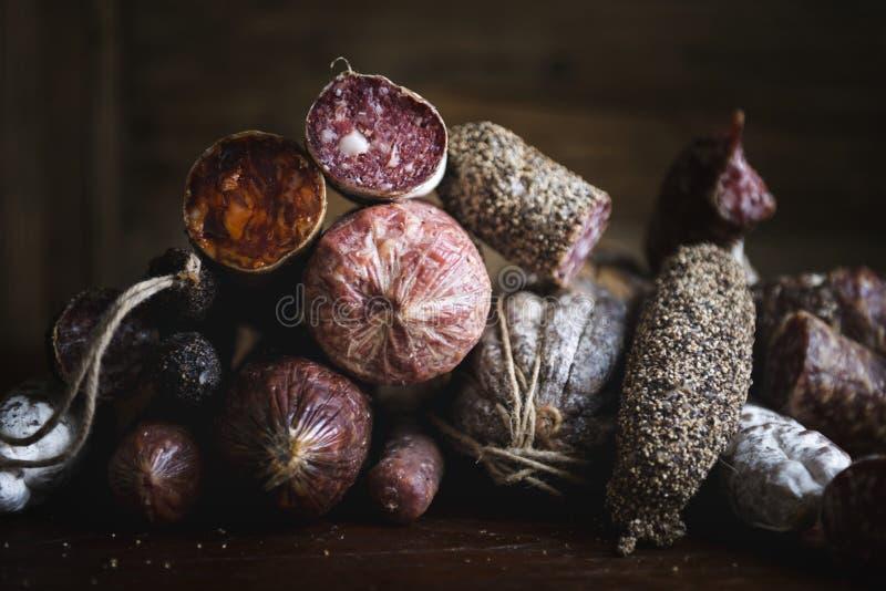 Primer de la idea de la receta de la fotografía de la comida de los productos de carne del charcuterie fotografía de archivo libre de regalías
