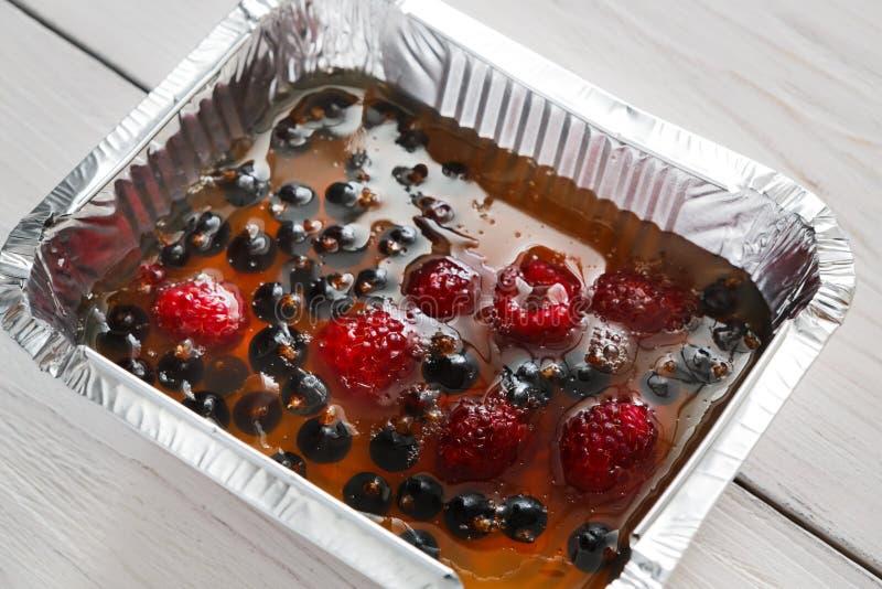 Primer de la jalea de la baya, comida del vegano en la caja de la hoja, concepto de la dieta imagen de archivo libre de regalías