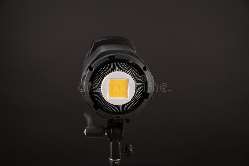 Primer de la lámpara de destello de la luz del estudio en fondo negro imágenes de archivo libres de regalías