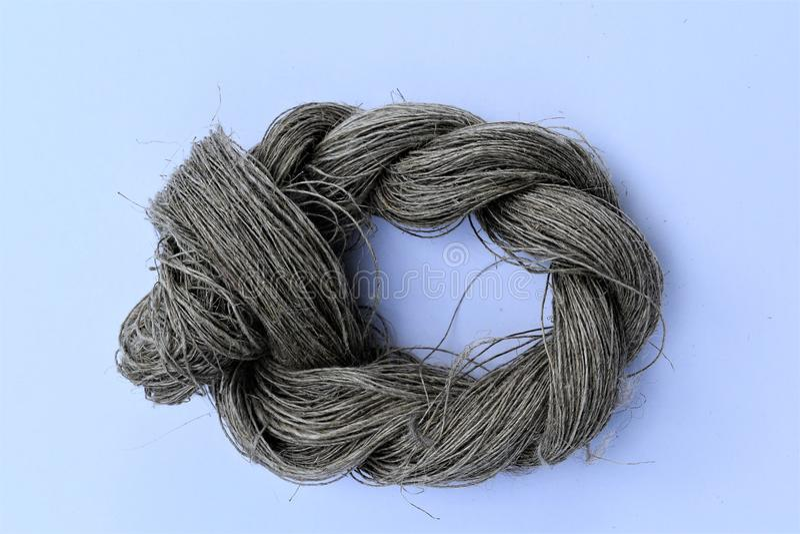 Primer de la línea undyed mano-hecha girar madeja del lino fibra fotos de archivo